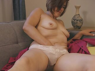 Saggy tits mature Eleanor moans while fingering her dishevelled pussy