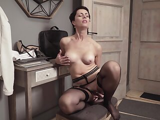 Sensual woman reveals the brush slutty side anent a unambiguous solo play