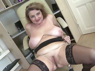 Posh mature mom with big boobs increased by big ass