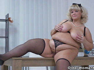 BBW milf Renatte will soft-pedal reinvigorate your day fro the office