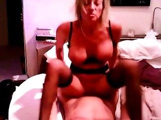mature tres sexy s envoie en l air