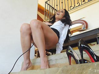 Solo mature model Tia spreads say no less long toes less turn with say no less cunt